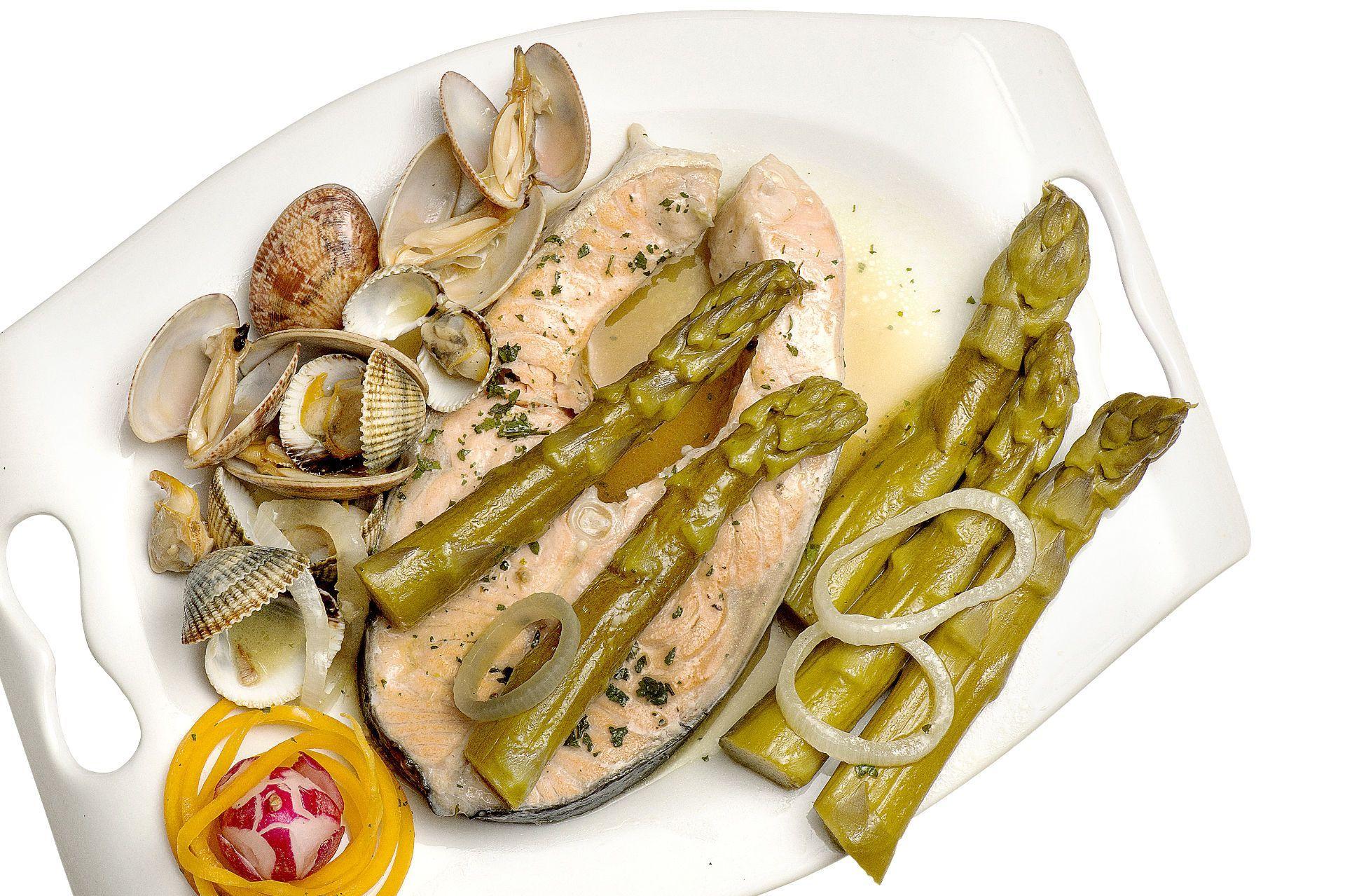Espárragos con salmón y almejas